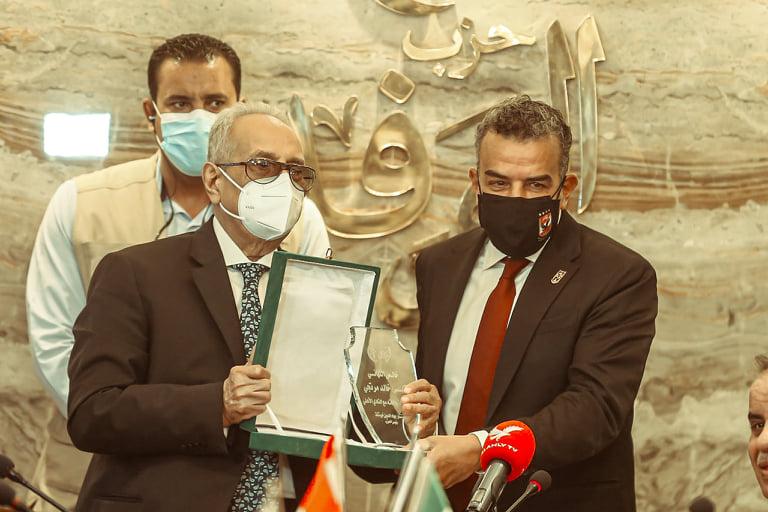 مرتجي يتسلم درع تكريم الأهلي في احتفالية «الوفد»