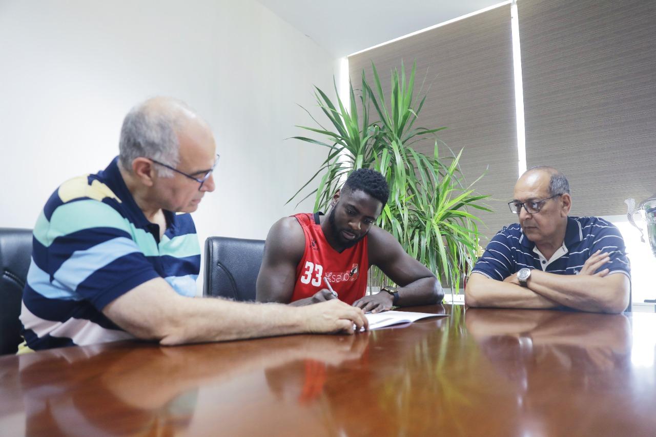 «مايكل فاكوادي» يدعم «رجال سلة الأهلي» في البطولة العربية