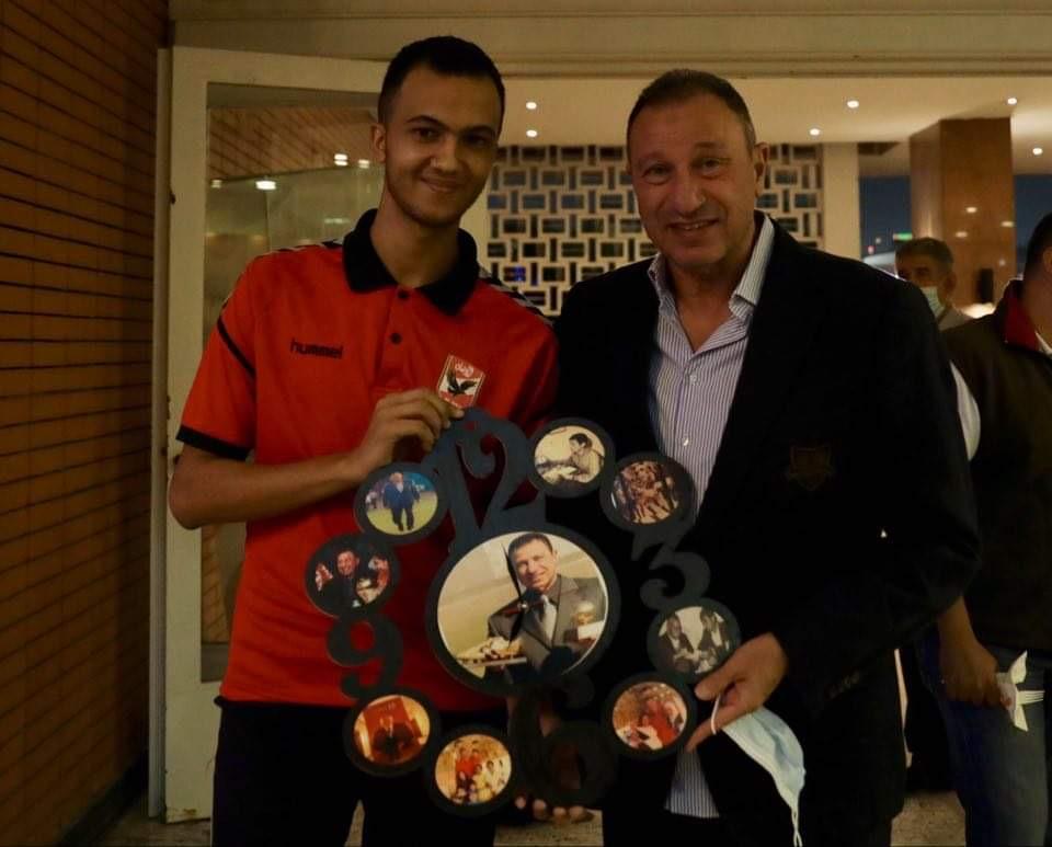 «خالد» جاء من أسيوط للقاء الخطيب وإهدائه مجموعة من الصور المطبوعة على الخشب